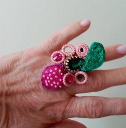 Anillo manualdemano de soutache rosa nude y verde
